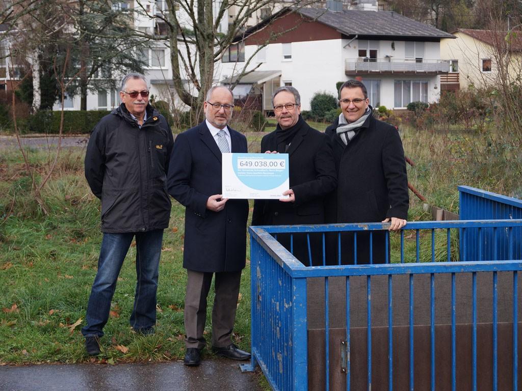 Land unterstützt Gemeinde Schwalbach bei der Hochwasservorsorge – Umweltstaatssekretär Krämer überreicht Förderbescheid über 649.000,- Euro