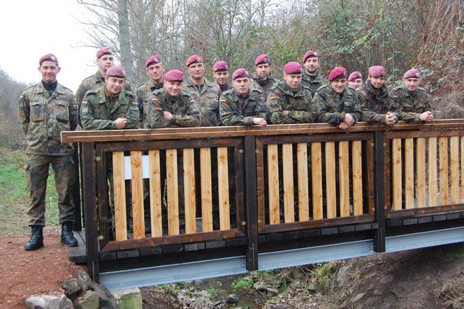 Patenkompanie errichtet Brücke